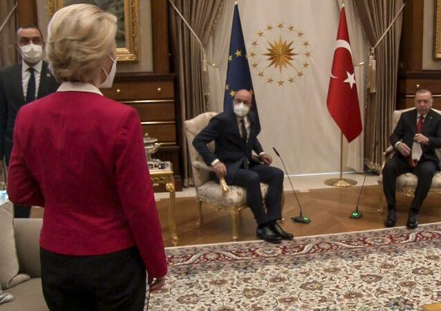 Kanape-gate (sofagate): Beştepe'deki salonun ortasında AB ve Türkiye bayrakları önünde sadece iki tane tekli koltuk olması ve bunlara Cumhurbaşkanı Recep Tayyip Erdoğan ile AB Konseyi Başkanı Charles Michel'in oturması karşısında Avrupa Komisyonu Başkanı Ursula von der Leyen'in yaşadığı şaşkınlık