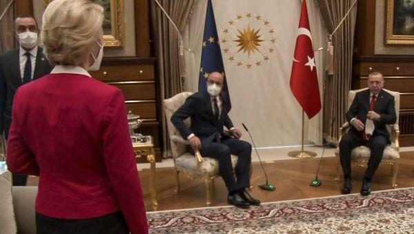 Kanepe-gate (sofagate): Beştepe'deki salonun ortasında AB ve Türkiye bayrakları önünde sadece iki tane tekli koltuk olması ve bunlara Cumhurbaşkanı Recep Tayyip Erdoğan ile AB Konseyi Başkanı Charles Michel'in oturması karşısında Avrupa Komisyonu Başkanı Ursula von der Leyen'in yaşadığı şaşkınlık - Sputnik Türkiye