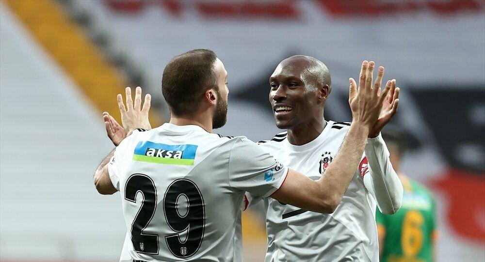 Beşiktaş, Süper Lig'in 33. hafta mücadelesinde Aytemiz Alanyaspor ile karşılaştı. Beşiktaşlı futbolcu Cenk Tosun, attığı gol sonrası sevincini takım arkadaşı Atiba Hutchinson ile paylaştı.