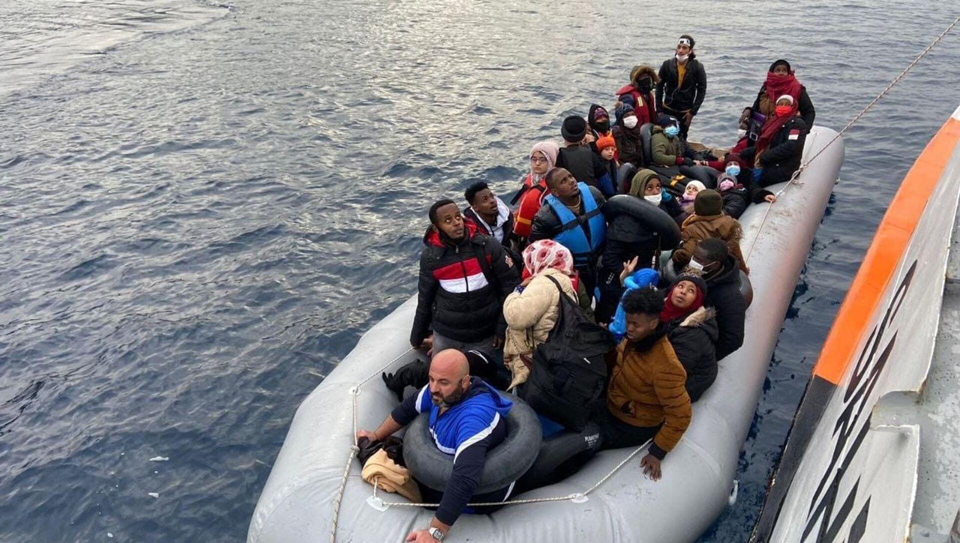 İzmir'de 64 düzensiz göçmen kurtarıldı - Sputnik Türkiye, 1920, 08.04.2021