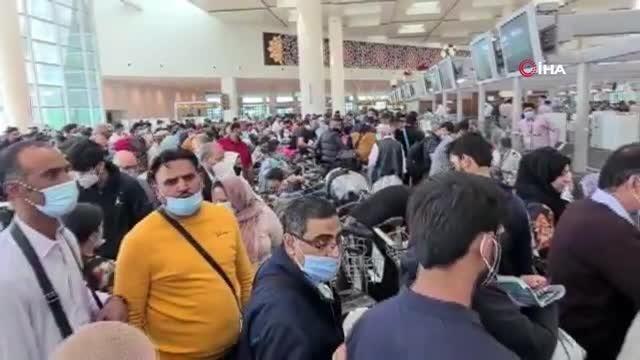 İngiltere'den Pakistan'a Ocak ayından bu yana seyahat eden binlerce Pakistanlı, İngiltere tarafından geçtiğimiz hafta alınan kararın ardından kırmızı liste sınırlamalarına yakalanmamak adına İngiltere'ye geri dönmek için İslamabad Havalimanına akın etti.