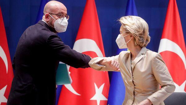 AB'nin iki başkanı Charles Michel ile Ursula von der Leyen, Recep Tayyip Erdoğan ile video görüşmesine girmeden önce dirsek selamı verirken - Sputnik Türkiye