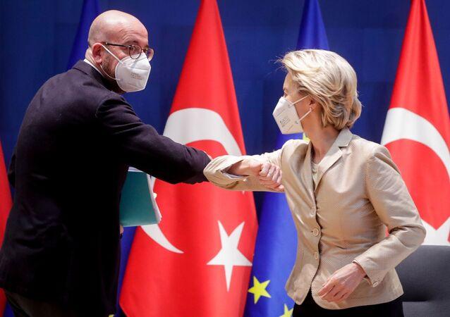 AB'nin iki başkanı Charles Michel ile Ursula von der Leyen, Recep Tayyip Erdoğan ile video görüşmesine girmeden önce dirsek selamı verirken