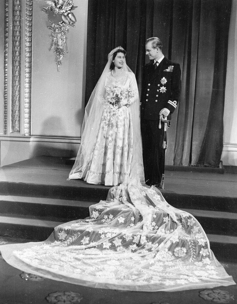 İkinci Dünya Savaşı'nda aktif rol alan Prens Philip, 1947 yılına gelindiğinde Yunanistan ve Danimarka tahtlarındaki haklarından feragat etti ve İngiltere vatandaşı oldu. Aynı yıl, Prenses Elizabeth ile evlendi.