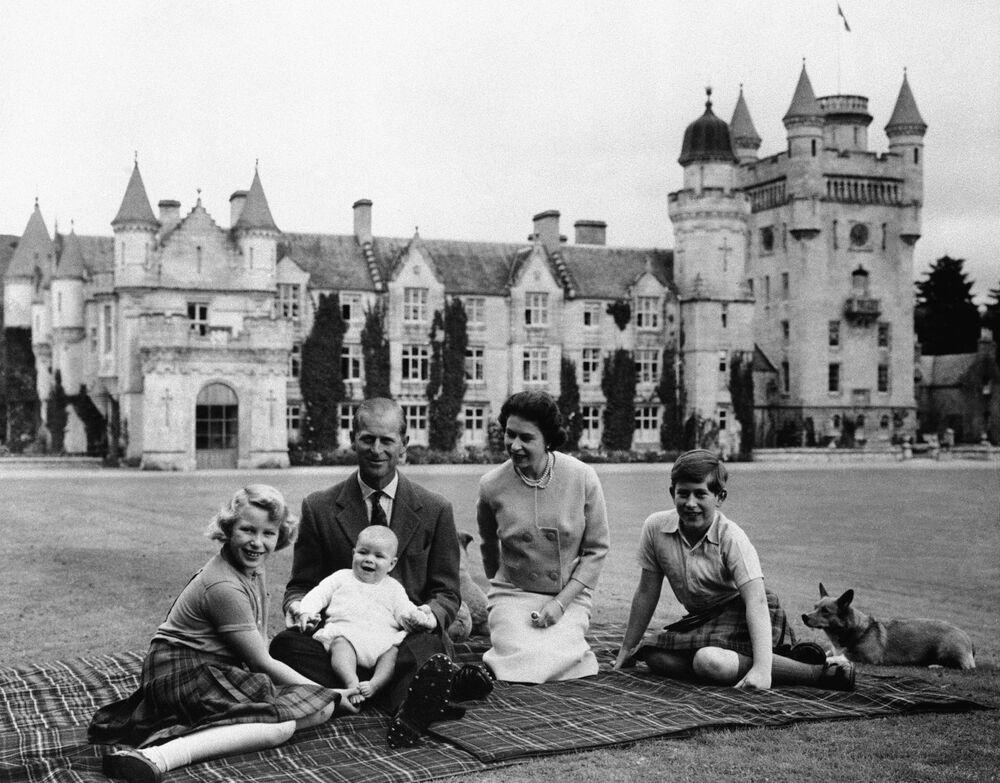 2. Elizabeth ile Prens Philip 73 yıllık evliydi  Fotoğrafta: 2. Elizabeth, Prens Philip ve çocukları Prens Charles (sağda), Prenses Anne ve Prens Andrew. İskoçya, 1960