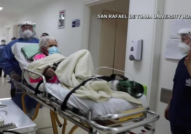 Kolombiya'da Kovid-19'a karşı ikinci kez galip gelen 104 yaşındaki kadın taburcu oldu