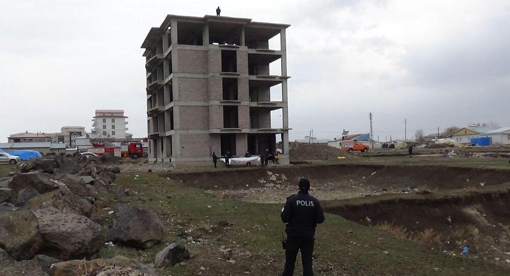 Türkiye'nin birçok yerinde işsiz olduğunu ileri sürerek intihar girişiminde bulunan ve son olarak Ardahan'da intihara kalkışan genç bu kez Kars'ta ortaya çıktı.