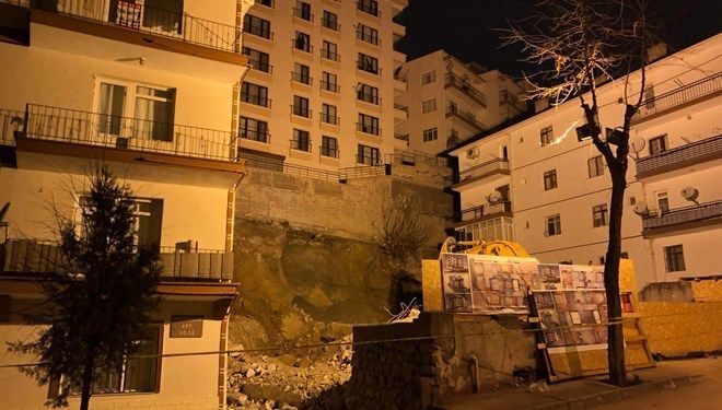 Ankara'da, inşaat çalışması nedeniyle temelinde kayma oluşan 8 katlı Bahar Apartmanı ve çevresindeki 14 bina, çökme riskine karşı evlerinden tahliye edildi.