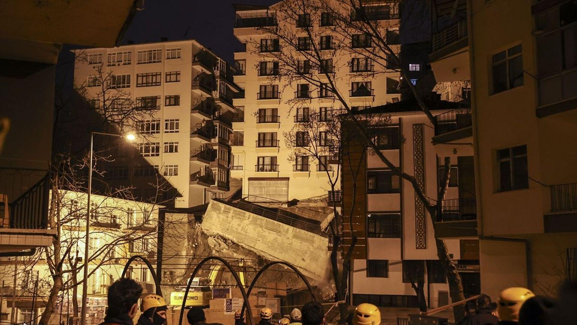 Ankara'nın Çankaya ilçesine bağlı İleri Mahallesi Mektep Sokak'ta yakın zamanda yapımına başlanan inşaat çalışmaları sırasında yan tarafında bulunan Altay Sokak'taki 8 katlı binanın istinat duvarının yıkılması ve temelinde boşluk oluşmasıyla çökme tehlikesi meydana geldi. - Sputnik Türkiye, 1920, 11.04.2021