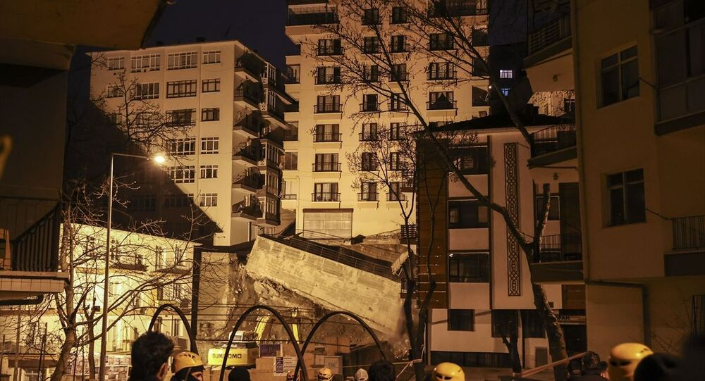 Ankara'nın Çankaya ilçesine bağlı İleri Mahallesi Mektep Sokak'ta yakın zamanda yapımına başlanan inşaat çalışmaları sırasında yan tarafında bulunan Altay Sokak'taki 8 katlı binanın istinat duvarının yıkılması ve temelinde boşluk oluşmasıyla çökme tehlikesi meydana geldi.