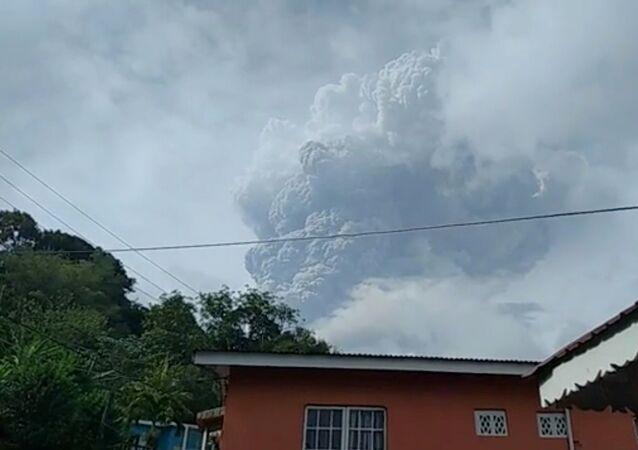 Karayipler'de yer alan St. Vincent Adası'ndaki La Soufriere Yanardağı, bugün ikinci kez patladı.