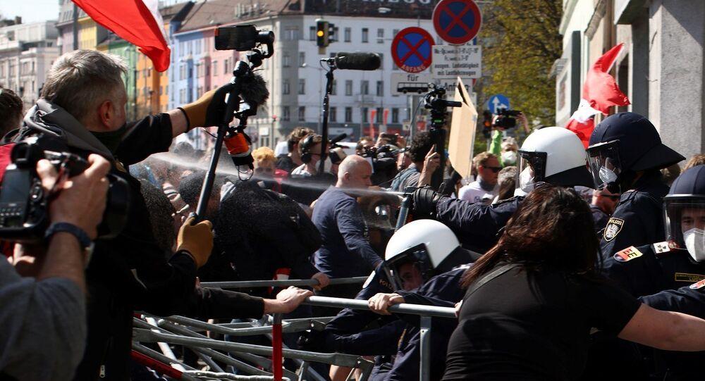 Avusturya'nın başkenti Viyana'da yeni tip koronavirüs (Kovid-19) önlemleri karşıtı gösteride protestocular ve polis arasında arbede yaşandı.