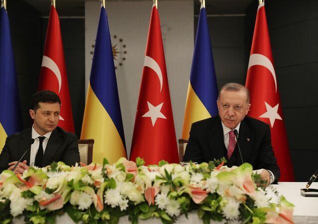 Cumhurbaşkanı Erdoğan ile Ukrayna Devlet Başkanı Zelenskiy, baş başa ve heyetler arası görüşmenin ardından ortak basın toplantısı düzenledi.