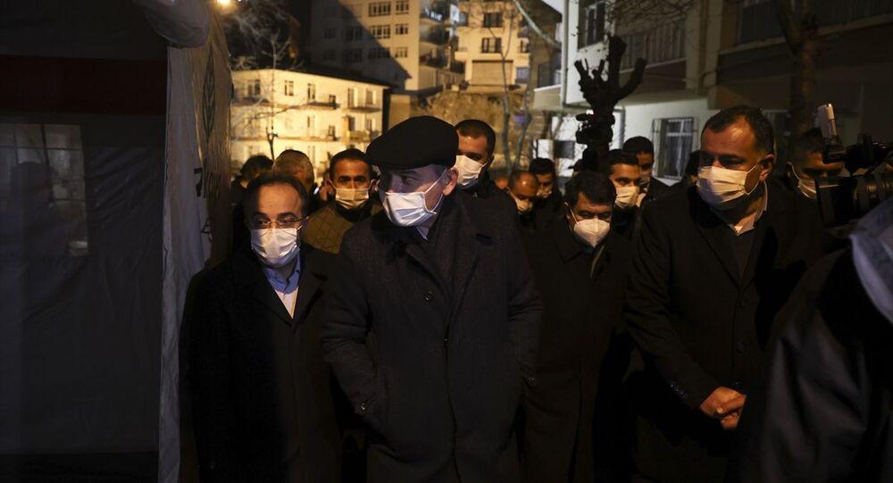İçişleri Bakanı Süleyman Soylu, Çankaya'da çökme riski bulunduğu için yıkımına başlanan binanın çevresinde inceleme yaptı.