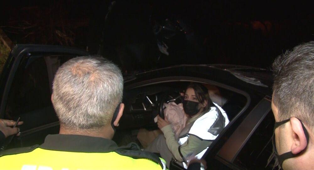 Kartal'da sokağa çıkma kısıtlamasını delen alkollü olduğu iddia edilen otomobil sürücüsü kaza yaparak yoldan çıktı. Polis ekiplerine sürücü olmadığını söyleyen şahıs aracı arkadaşının kullandığını iddia etti. Polis sürücü olduğu iddia edilen kişiyi direksiyon başına geçirdi. Sürücü olduğu iddia edilen kişi aracı çalıştıramayıp ayakları gaz pedalına yetişmeyince alkollü sürücünün yalanını ortaya çıkardı. Duruma öfkelenen sürücü basın mensuplarına tepki gösterdi.