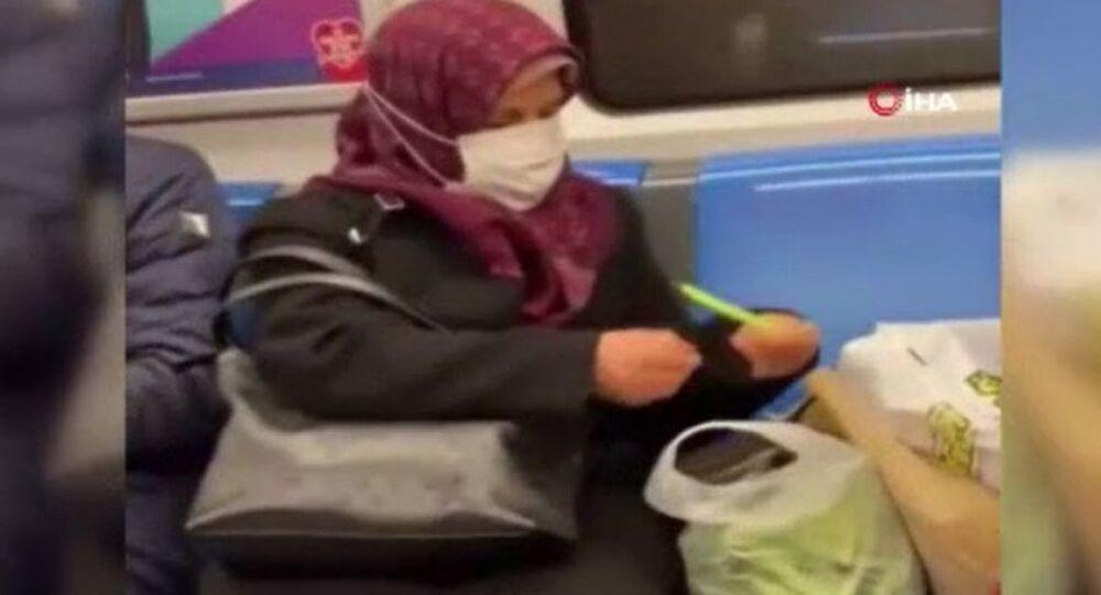 Metroda fasulye ayıklarken çekilen videosu gündem oldu: 'Güzel yorum yapanlar için de pişirebilirim'