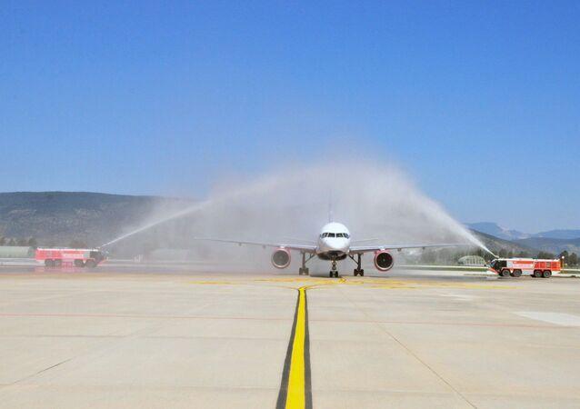 Milas - Bodrum Havalimanı Azur Havayolları'nın Moskova'dan düzenlendiği seferle yılın ilk dış hat uçuşunu 212 ilk turist kafilesi ile karşıladı. TAV Havalimanları tarafından işletilen Milas - Bodrum Havalimanı'nda Rusya'dan gelen Azur Air uçağı su tankıyla karşılandı.