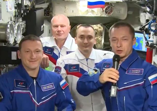UUİ'deki Rus mürettebat, Kozmonotlar Günü'nü kutladı