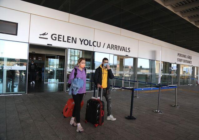 Rusya'nın başkenti Moskova'dan 212 yolcuyla havalanan Azur Havayolları'na ait uçak, Milas-Bodrum Havalimanı'na indi.Uçaktan inen turist kafilesi, gerekli işlemlerin ardından tatil yapacakları Bodrum ilçesine gitmek üzere havalimanından ayrıldı.