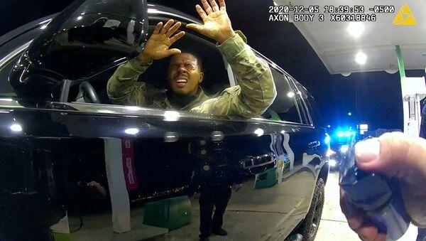 ABD'nin Virgina eyaletinde siyah askeri tabip teğmen Caron Nazario'ya silah çekip biber gazı sıkan ve arkadan kelepçe takan iki polis memurundan Joe Gutierrez teşkilattan kovuldu. - Sputnik Türkiye