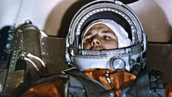 Kozmonot Yuriy Gagarin,  uzay uçuşu öncesi Vostok-1 aracının kabininde - Sputnik Türkiye