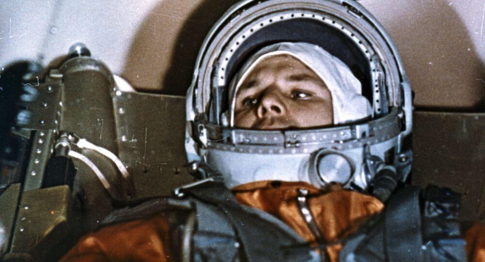 Kozmonot Yuriy Gagarin,  uzay uçuşu öncesi Vostok-1 aracının kabininde
