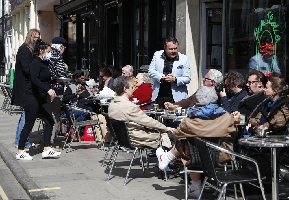 Ancak restoranların ve barların iç mekanlarında müşteri ağırlanmasına müsaade edilmeyecek.