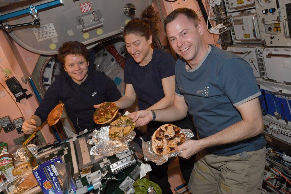 UUİ'de görev yapan mürettebat üyeleri pizza yaparken