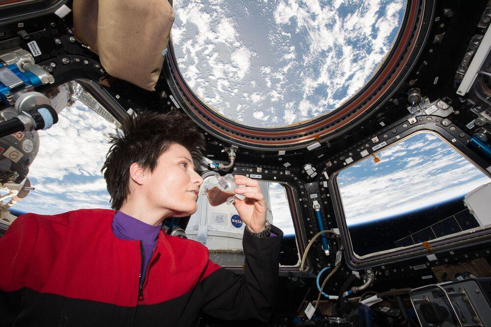 UUİ'de kahve içmenin tadını çıkaran İtalyan astronot Samantha Cristoforetti