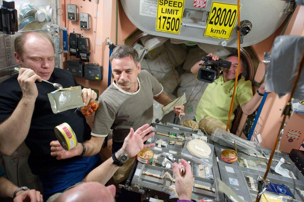 UUİ'de çalışan astronot ekibi öğle yemeği sırasında