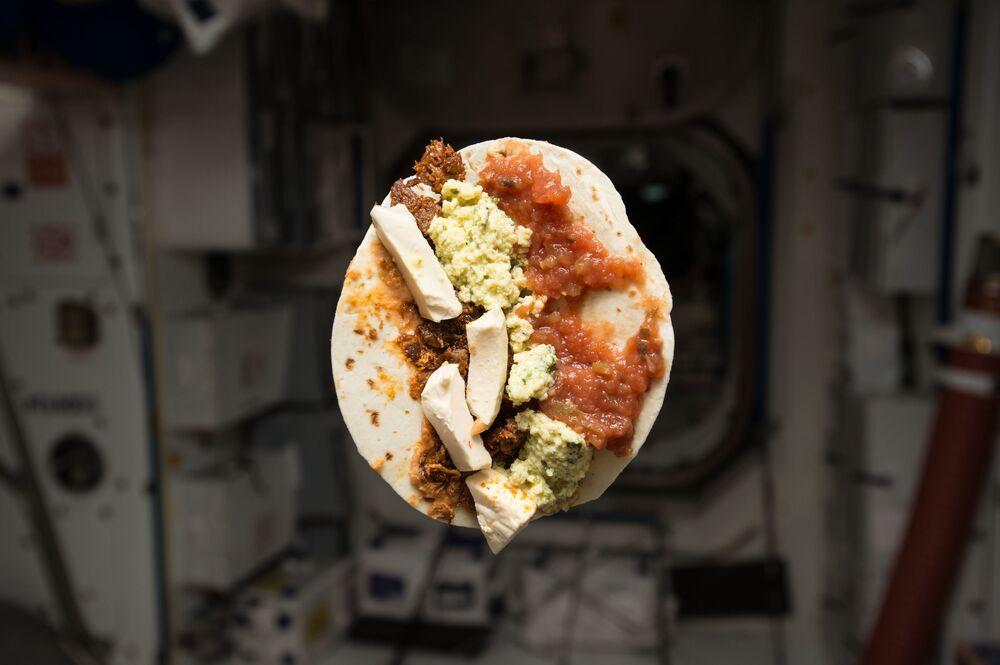 ABD'li astronot Tim Kopra,  kahvaltısının  fotoğrafını çekti:  kavrulmuş fasulye, rendelenmiş domuz eti, biberli peynir, yumurta ve salsa soclu tortilla