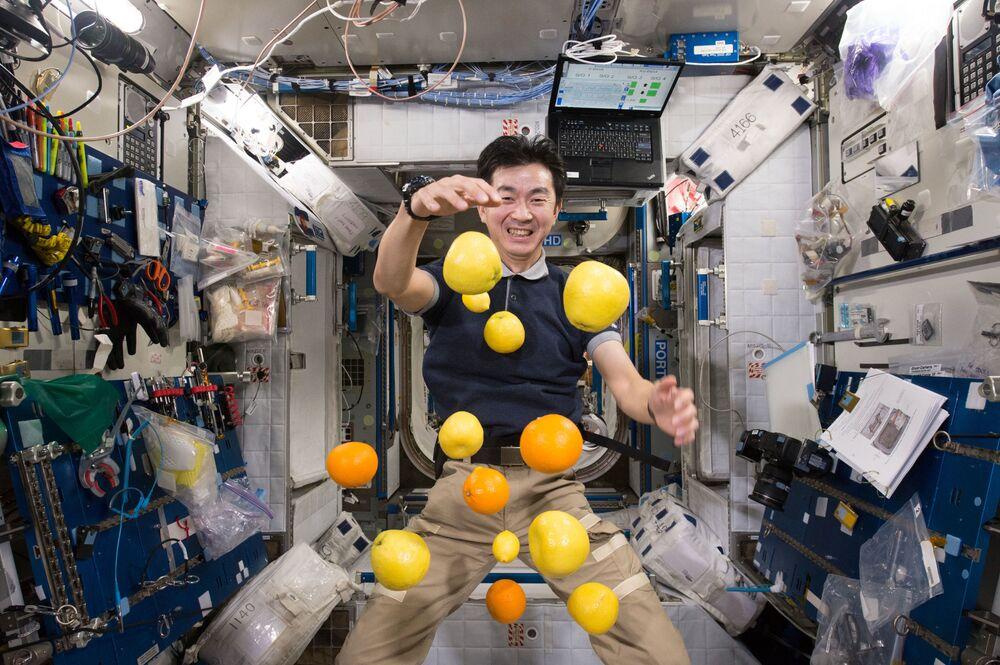Uzayda astronotlar az hareket ettikleri için alacakları kalori de ona göre ayarlanıyor, astronotlara dokunmayacak yiyeceklerin seçilmesine de büyük özen gösteriliyor. Fotoğrafta: Japon kozmonot Kimiya Yui  UUİ'de