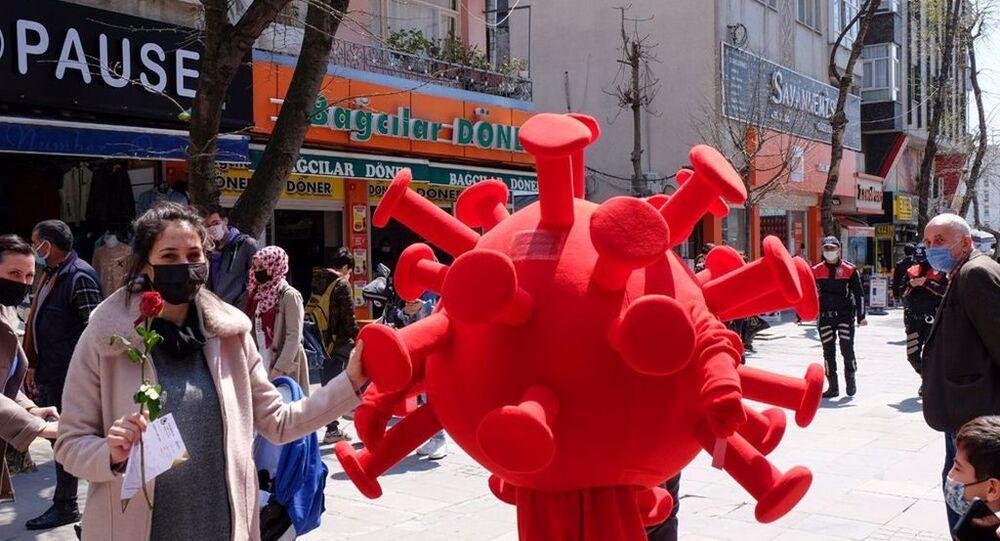 Bağcılar'da 'koronavirüs kostümlü' etkinlik: Kurallara uyanlara gül, uymayanlara kırmızı kart