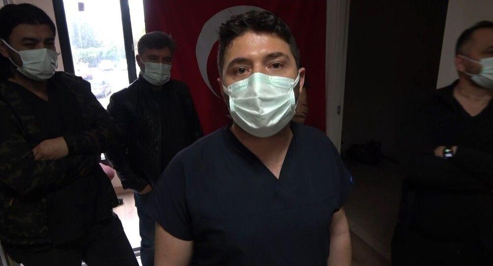 Osmaniye Devlet Hastanesi ortopedi bölümüne gelen cumhuriyet savcısı, sırası gelmeden girdiği doktorun odasında kendisini muayene etmeyen doktoru gözaltına aldırdı.