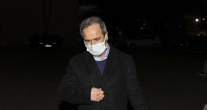 Ankara Nöbetçi Sulh Ceza Hakimliği, bildiri yayınlayan emekli amiraller arasında olan Ergun Mengi'yi il dışı ve yurt dışı yasağı vererek adli kontrol şartıyla serbest bıraktı.