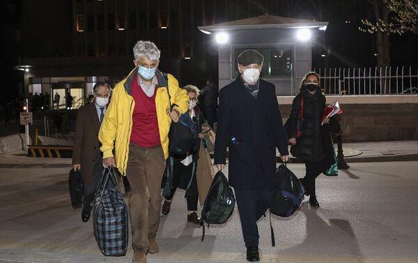 Ankara Nöbetçi Sulh Ceza Hakimliği, bildiri yayınlayan emekli amiraller arasında olan Ergun Mengi'yi il dışı ve yurt dışı yasağı vererek adli kontrol şartıyla serbest bıraktı. - Sputnik Türkiye