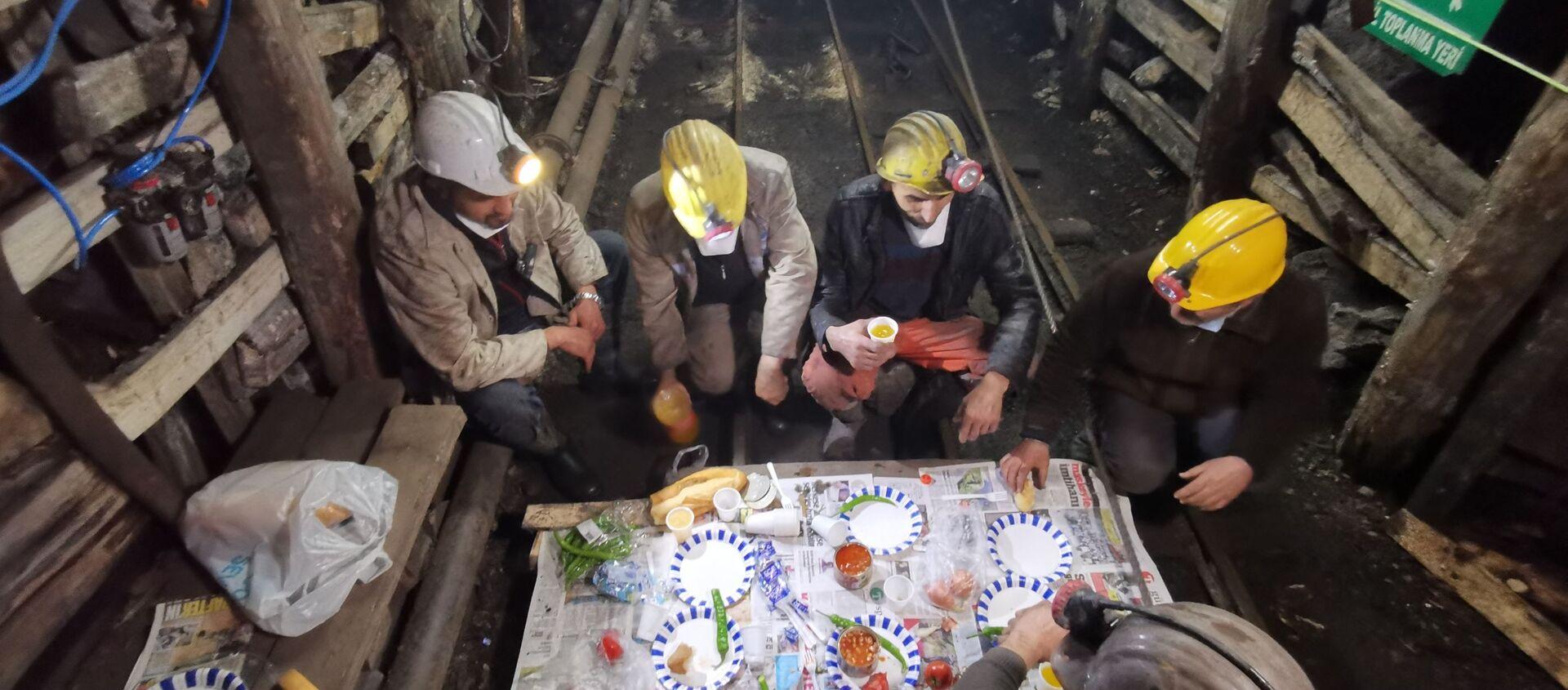 Maden işçileri, Ramazan ayının ilk sahurunu yerin 250 metre altında yaptılar - Sputnik Türkiye, 1920, 28.04.2021