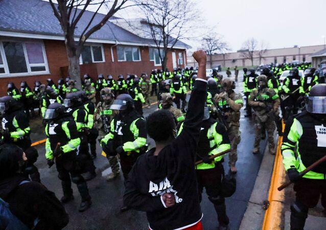 Siyah yurttaş Daunte Wright'ın polis çevirmesinde öldürülmesi sonrası Brooklyn Center Emniyet Müdürlüğü önünde protesto (Minnesota, ABD)