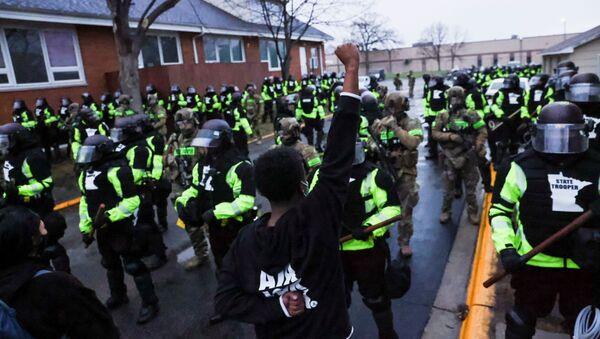 Siyah yurttaş Daunte Wright'ın polis çevirmesinde öldürülmesi sonrası Brooklyn Center Emniyet Müdürlüğü önünde protesto (Minnesota, ABD) - Sputnik Türkiye