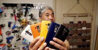 Kendini 'LG telefon manyağı' olarak niteleyen Güney Koreli Ryu Hyun-soo şirketin kararına rağmen telefonlarını tarihin derinliklerine gömmemeye kararlı.