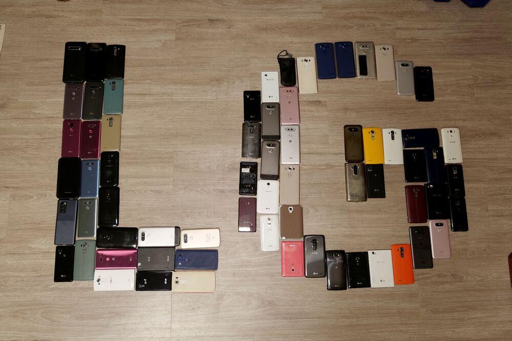 Başkent Seul'un güneyindeki Anyang'da bulunan evinin bir odasını tamamen LG marka telefonlarına, telefon parçalarına ve tamir malzemelerine ayıran Ryu, LG, Samsung'la arayı kapatmak için acele etti, kalitesinden ödün verdi... Sonra da bunun üstünü örtmek için tasarım ve diğer fonksiyonlara haddinden fazla odaklandı diyerek sorunu kendince özetledi.