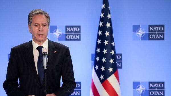 Brüksel'deki NATO karargahındaNATOGenel Sekreteri Jens Stoltenberg ile birlikte basın toplantısı düzenleyen ABD Dışişleri Bakanı Tony Blinken, Afganistan'dan çekilme açıklaması yaparken - Sputnik Türkiye