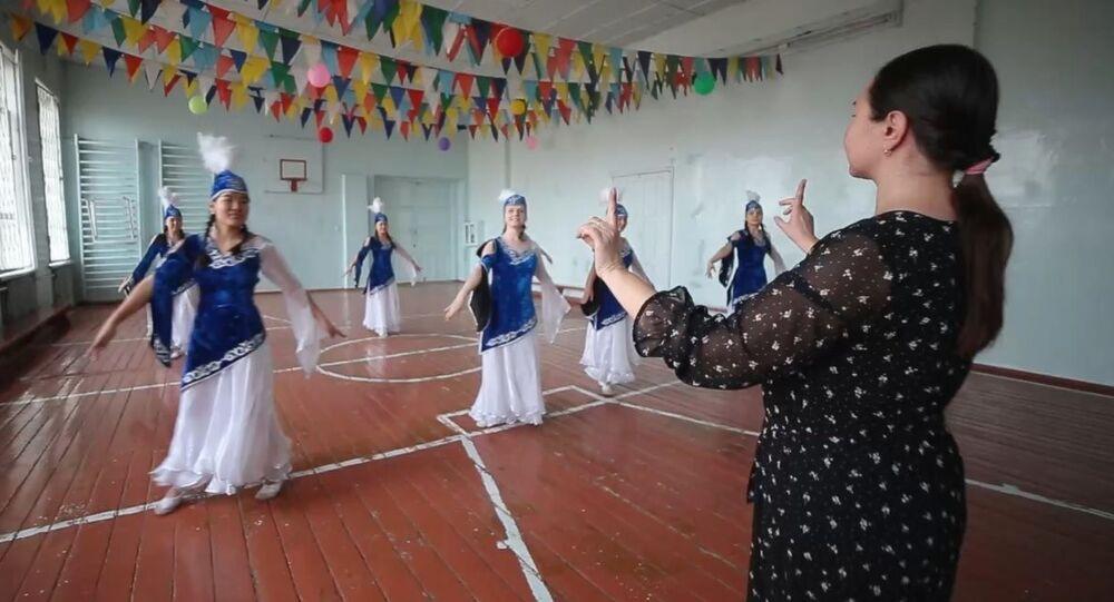 Bişkek'teki okulda işitme engelli çocuklar dans ediyor