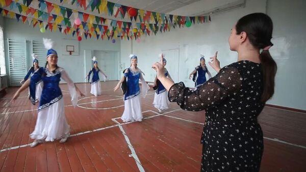 Bişkek'teki okulda işitme engelli çocuklar dans ediyor - Sputnik Türkiye