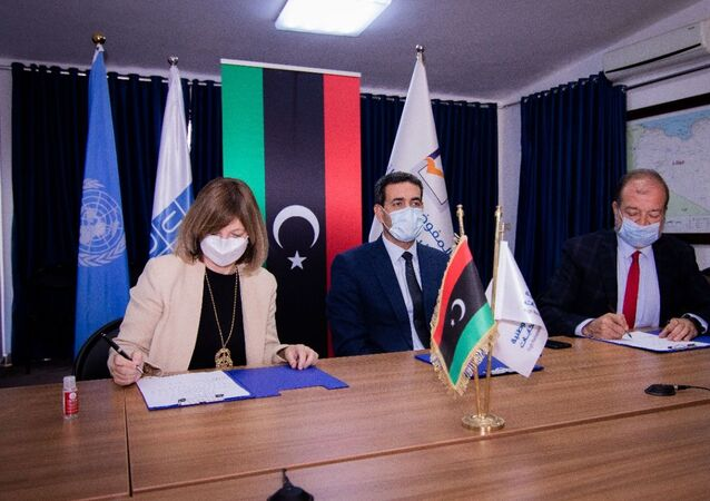 Fransa'nın Trablus BüyükelçiBeatrice Le Fraper du Hellen, Birleşmiş Milletler (BM) Kalkınma Programı ile Libya seçimlerini destekleme anlaşması imzalarken