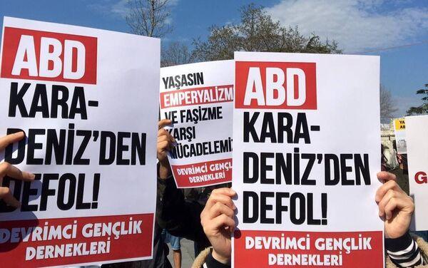 Gençlik örgütleri, ABD'nin Karadeniz'e savaş gemisi yollamasını protesto etti - Sputnik Türkiye
