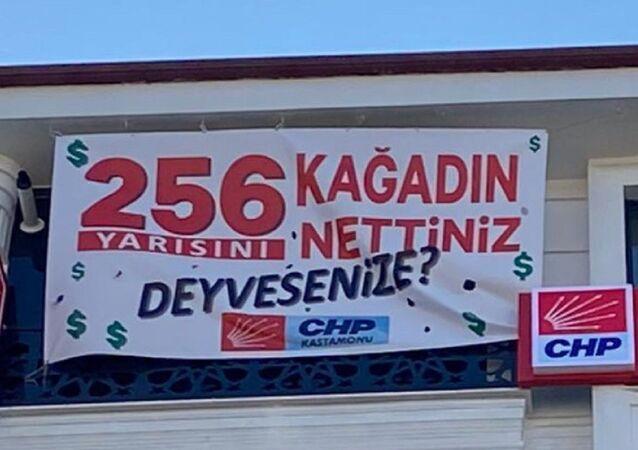 CHP Kastamonu İl Başkanlığı, valilik tarafından kaldırılan 128 milyar dolar nerede? afişlerinin yerine 256 kağıdın yarısını nettiniz. Deyivesenize? yazılı yenisini astı.