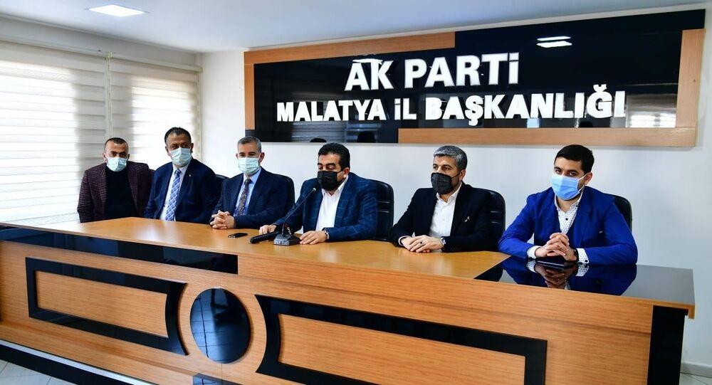 Yeşilyurt Belediye Başkanı Mehmet Çınar, Almanya'ya düzenlenen gezi ile ilgili yürütülen soruşturma kapsamında, geziye katılan başkan yardımcılarından Bekir Karakuş'un görevden alındığını açıkladı.