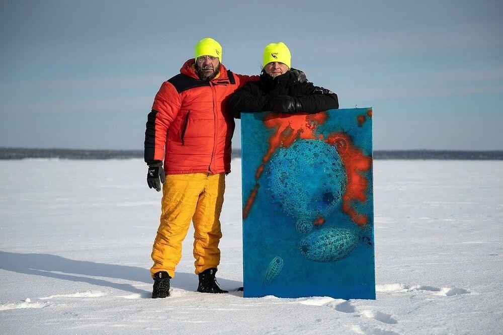 Yıllardır deniz ve buzullar altındaki yaşamı fotoğraflayan Lyaguşkin ve Belenıhin, Rusya'ya bağlı Beyaz Deniz'e kıyısı bulunan Karelya Cumhuriyeti'nin Nilmoguba kentinde buz altında fotoğraf sergisi açtı.