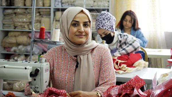 Cizre'de yaşayan Selda Başar, bir göz odada küçük bir makine ile olarak başladığı dikiş-nakış ile ilçedeki kadınlara ilham kaynağı oldu. - Sputnik Türkiye